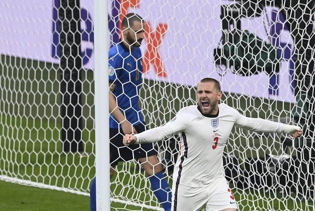 Angličan Luke Shaw se raduje z gólu proti Itálii ve finále ME.