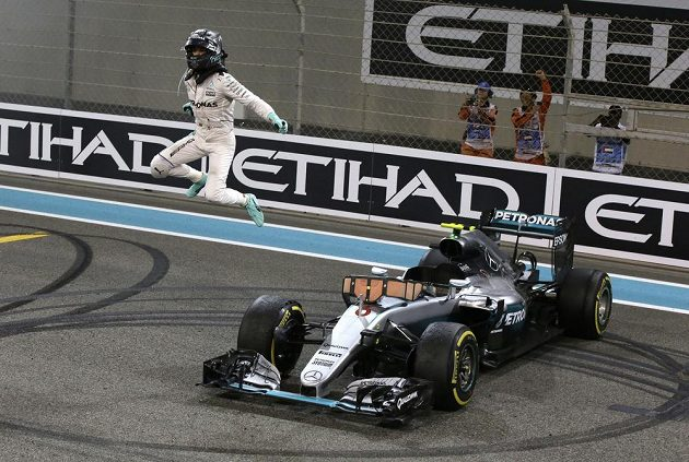 Německý pilot Nico Rosberg oslavuje premiérový titul mistra světa F1.