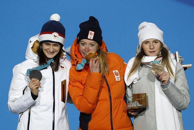 Rychlobruslařka Martina Sáblíková (vlevo) převzala stříbrnou medaili za skvělé představení na trati 5000 metrů. Společnost jí dělají další medailistky.