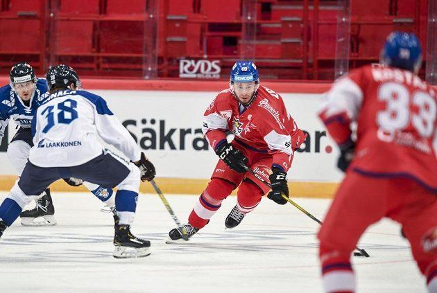 Střelec druhé branky českého týmu Tomáš Zohorna (uprostřed) ve druhé třetině v zápase proti Finsku.