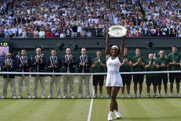 Americká tenistka Serena Williamsová slaví svůj šestý triumf v All England Clubu.