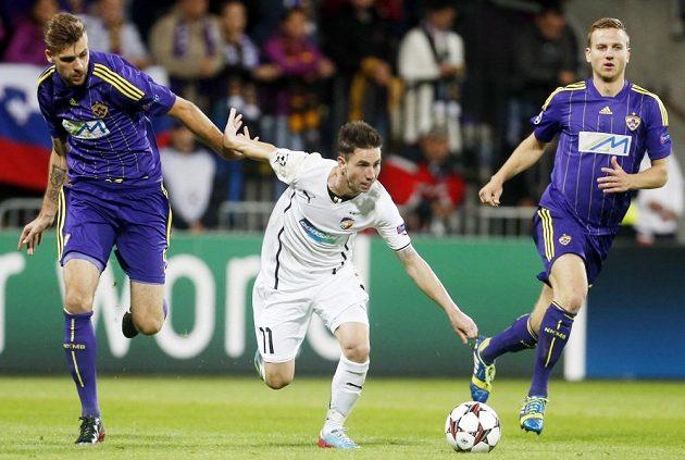 Zeljko Filipovič z Mariboru (vlevo) se snaží zastavit plzeňského záložníka Milana Petrželu (uprostřed).