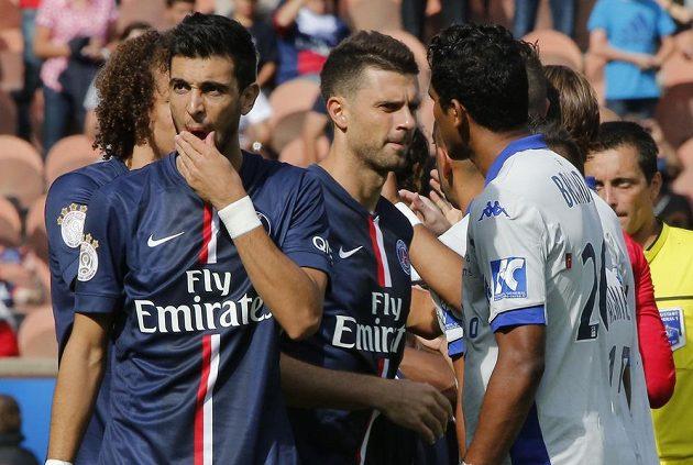 Thiago Motta (uprostřed) z Paris SG a Brandao (vpravo) z Bastie ještě před incidentem.