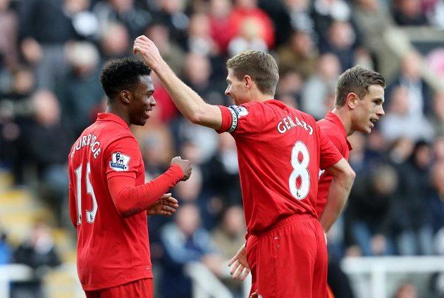 Útočník Liverpoolu Daniel Sturridge (vlevo) slaví se Stevenem Gerrardem (uprostřed) a Jordanem Hendersonem gól v síti Newcastlu.