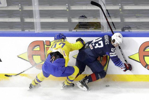 Mně neujedeš. Švéd Hampus Lindholm a Američan Quinn Hughes v boji o puk v semifinále MS.