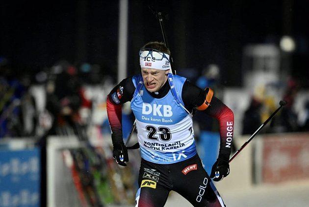 Nor Tarjei Bö při sprintu v Kontiolahti.