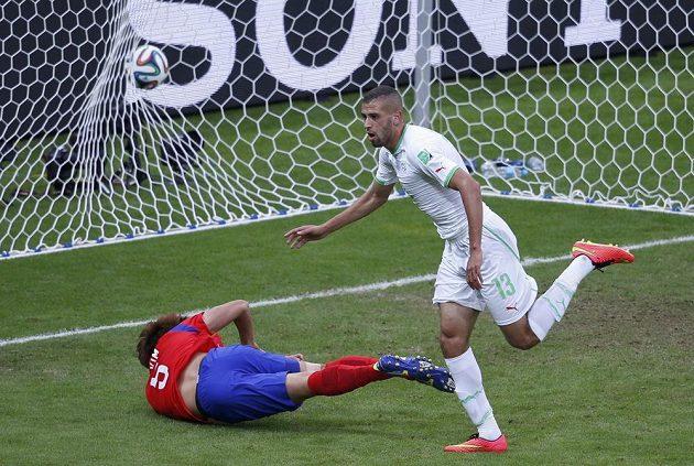 Alžírský útočník Islám Slimaní (vpravo) se raduje ze vstřelení gólu do sítě Jižní Koreje.