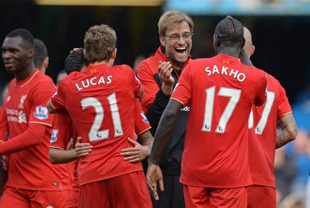 Trenér Liverpoolu Jürgen Klopp (uprostřed) oslavuje se svými svěřenci vítězství na hřišti Chelsea.
