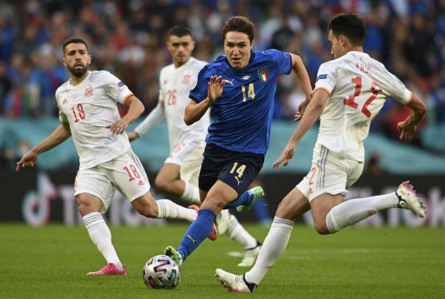 Italský útočník Federico Chiesa bojuje se španělskou přesilou.