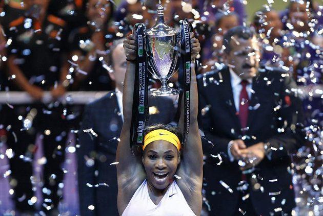 Tenistka Serena Williamsová s trofejí pro vítězku Turnaje mistryň.