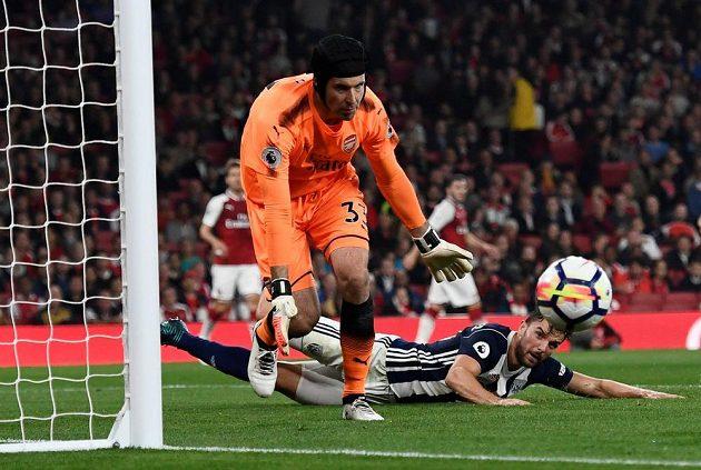 Brankář Arsenalu Petr Čech kontroluje míč, který jde do zámezí.