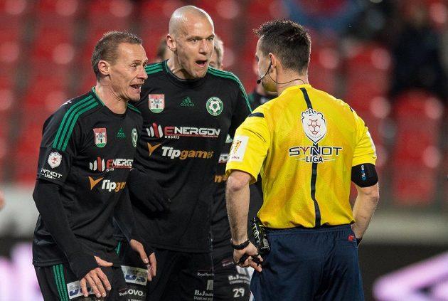 Fotbalisté Příbrami Tomáš Zápotočný (vlevo), Radek Dosoudil a rozhodčí Radek Příhoda během utkání na Slavii.