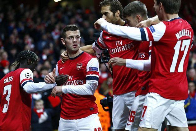 Fotbalisté Arsenalu oslavují branku Jacka Wilshera (druhý zleva).