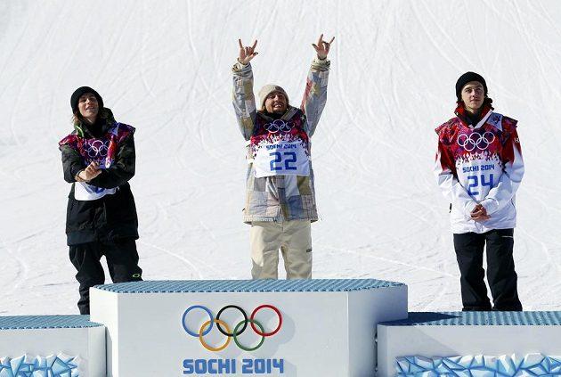 Sage Kotsenburg z USA (uprostřed) se raduje ze zisku olympijského zlata ve slopestylu. Vlevo je druhý Nor Sandbech, vpravo bronzový Kanaďan McMorris.