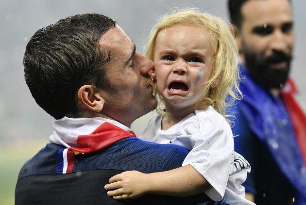 Antoine Griezmann vzal při oslavách na trávník i svou dceru.