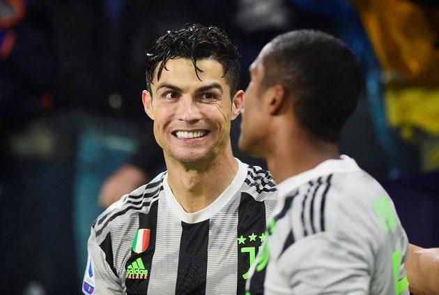 Fotbalisté Juventusu v divokém středečním utkání 10. kola italské ligy vyhráli nad FC Janov 2:1. Vítězný gól v utkání, kde sudí udělil tři červené karty, vstřelil Cristiano Ronaldo v nastaveném čase z penalty.