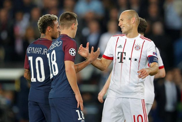 Arjen Robben (vpravo) z Bayernu po utkání s PSG, zleva Neymar a Giovani Lo Celso.