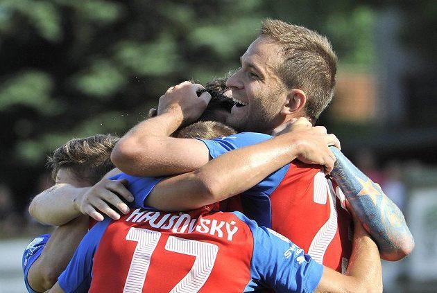 Střelec prvního gólu Marek Bakoš z Plzně (vpravo) přijímá gratulace od spoluhráčů v utkání v Příbrami.