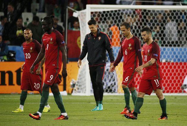Zklamaní Portugalci po remíze s Islandem. Zleva Ricardo Quaresma, Éder, José Fonte, Ricardo Carvalho a Vieirinha.