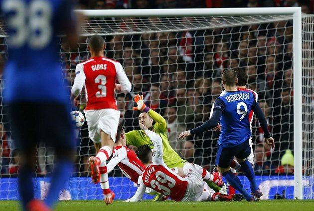 Monacký Dimitar Berbatov střílí druhý gól proti Arsenalu v úvodním osmifinále Ligy mistrů.