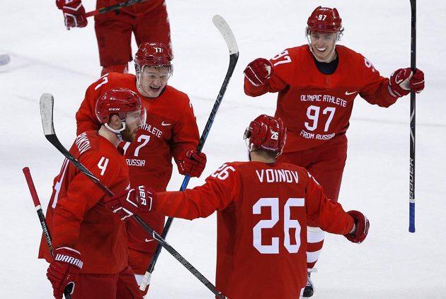 Vjačeslav Vojnov slaví se spoluhráči třetí gól v norské síti.