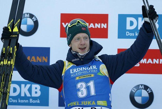 Nor Johannes Thingnes Bø slaví triumf ve sprintu v závodu SP v Pokljuce.