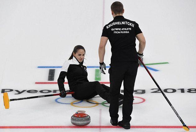 Anastasia Bryzgalovová se v závěru třetího endu utkání o bronz ocitla na ledě v neobvyklé pozici.