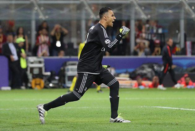 Brankář Realu Madrid Keylor Navas jásá poté, co Antoine Griezmann z Atlétika nastřelil z penalty ve finále Ligy mistrů břevno.