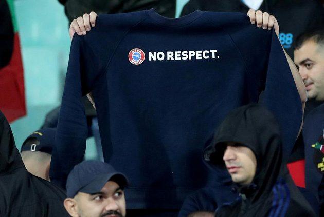 UEFA MAFIA - NO RESPECT. Takový vzkaz poslali bulharští chuligáni vedení UEFA během utkání s Anglií během kvalifikace o postup na EURO 2020.
