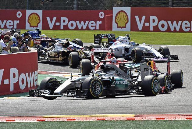 Start závodu ve Spa. V čele Lewis Hamilton.