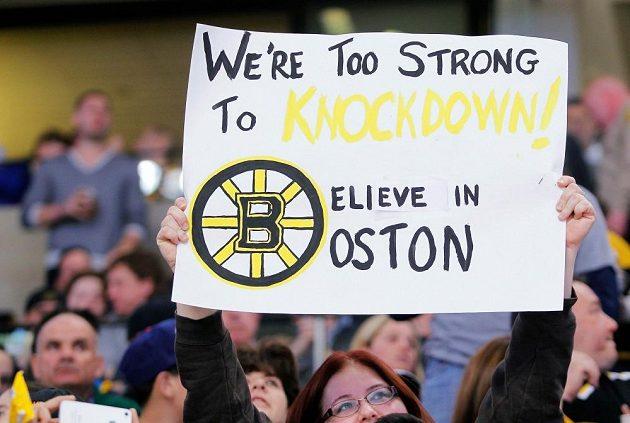 """""""Jsme příliš silní na to, abychom byli sraženi na kolena. Věřte v Boston,"""" stálo na jednom z transparentů fanoušků během utkání Bruins proti Buffalu."""