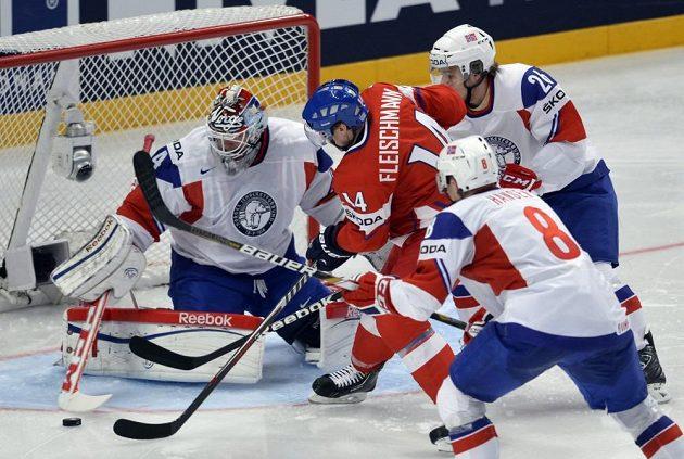 Zleva norský brankář Lars Volden, český útočník Tomáš Fleischmann a útočník Mads Hansen s Kristianem Forsbergem.