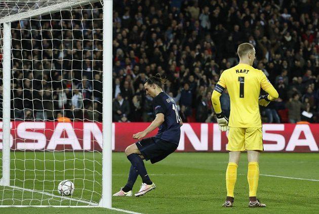 Útočník PSG Zlatan Ibrahimovic bezprostředně poté, co překonal gólmana Manchesteru City Joea Harta.