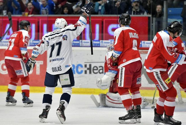 Útočník hokejové Plzně Milan Gulaš se raduje z gólu, který vstřelil jeho spoluhráč Jakub Pour (není na snímku).