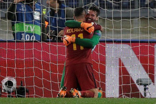 Fotbalisté AS Řím Aleksandar Kolarov a Alisson Becker slaví postup v Lize mistrů přes Barcelonu.
