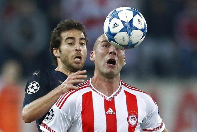 Mathieu Flamini (vzadu) z Arsenalu v souboji s Pajtimem Kasamim.