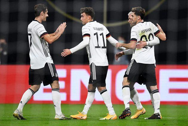 Němec Luca Waldschmidt a jeho spoluhráči se radují z vedoucí branky proti Česku.