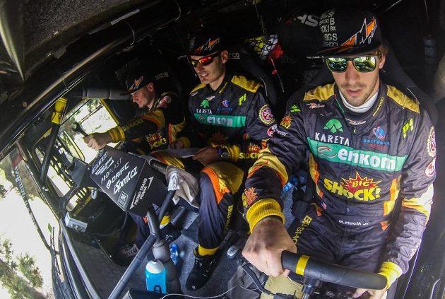 Martin Macík (vpravo) se svou posádkou v kabině kamiónu Liaz při 4. etapě Rallye Dakar.