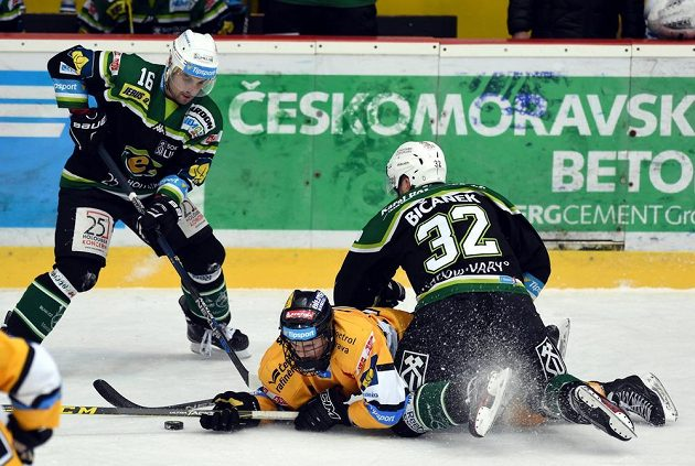Litvínovský útočník Kristian Reichel (dole) v zápase s Karlovými Vary.