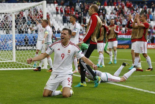 Maďaři slaví vítězství nad Islandem. Vpředu je útočník Adam Szalai.