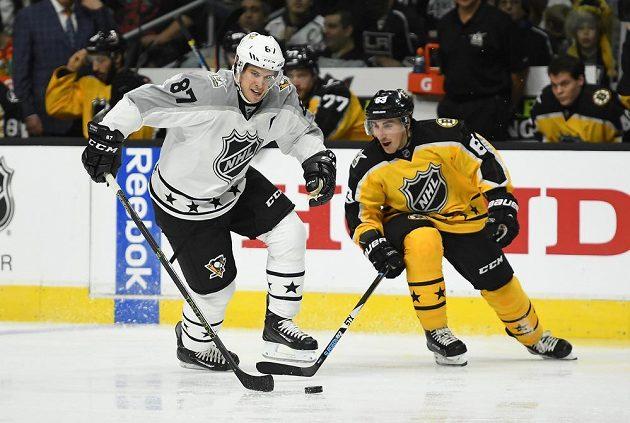 Sidney Crosby (vlevo) vedle Brada Marchanta v Utkání hvězd NHL.