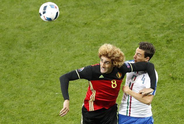 Belgičan Marouane Fellaini (vlevo) si nedovoleně odstavuje Itala Mattea Darmiana.