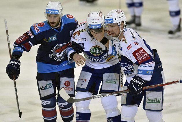 Kapitán Komety Leoš Čermák (uprostřed) opouští led po zásahu pukem v utkání s Chomutovem.