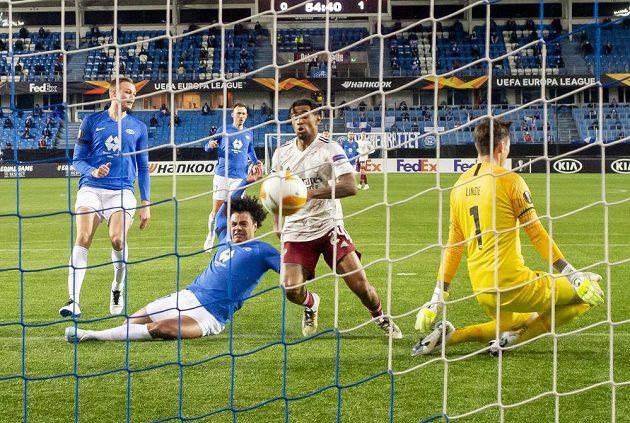 Reiss Nelson střílí druhý gól Arsenalu v utkání EL s Molde.