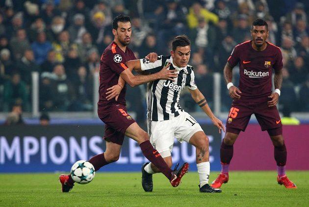 Paulo Dybala (uprostřed) z Juventusu mezi barcelonskými Sergiem Busquetsem a Paulinhem.