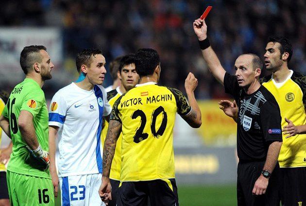 Liberecký brankář Přemysl Kovář (zcela vlevo) vidí červenou kartu během utkání Evropské ligy se Sevillou.