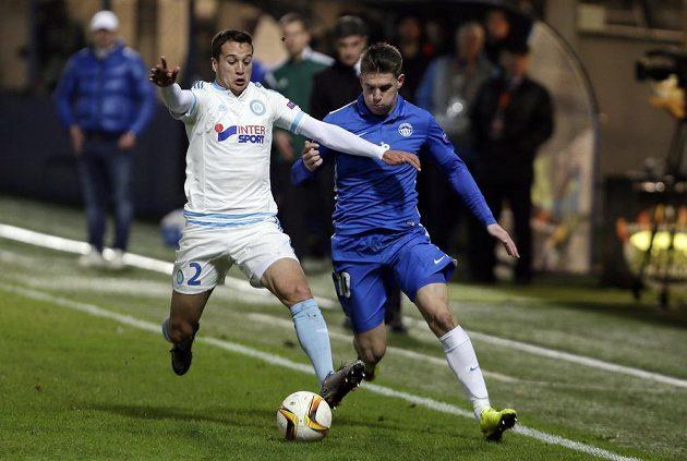 Rychlostní souboj Zdeňka Folprechta z Liberce (v modrém) a Javiho Manyuilla z Olympique Marseille.