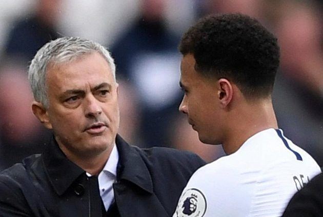 Manažer Tottenhamu José Mourinho a střídající Dele Alli.