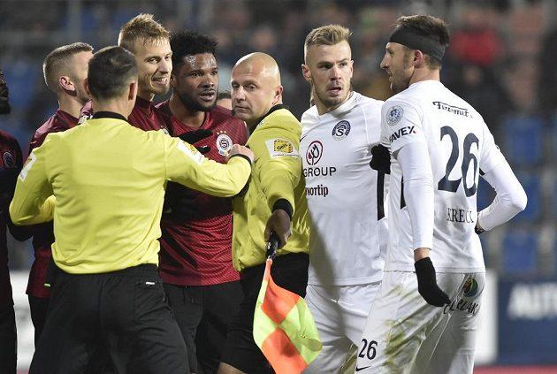 Utkání se neobešlo bez konfliktů mezi hráči obou mužstev.