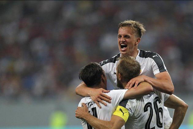 Plzeňský Jan Kopic (nahoře) se raduje se spoluhráči po gólu proti FCSB.